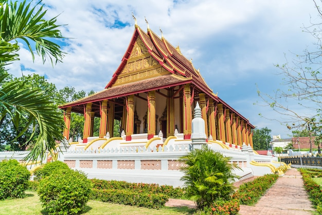 Bela arquitetura no templo haw phra kaew