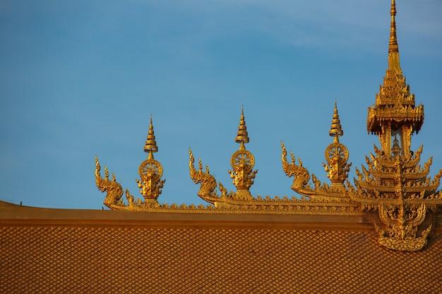 Bela arte e arquitetura de cor dourada do telhado do templo em wat paknam jolo, bangkhla, província de chachoengsao, tailândia