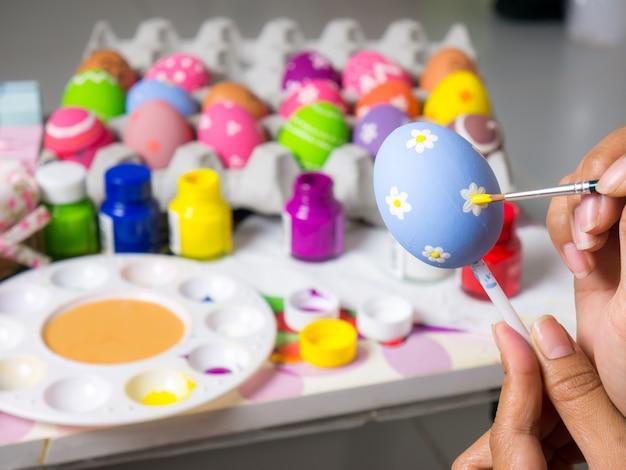 Bela arte em ovos no festival de páscoa.