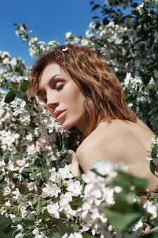 Bela arte mulher em galhos de macieira