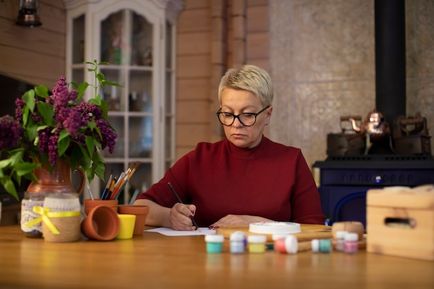 Bela artista feminina engajada em oficina