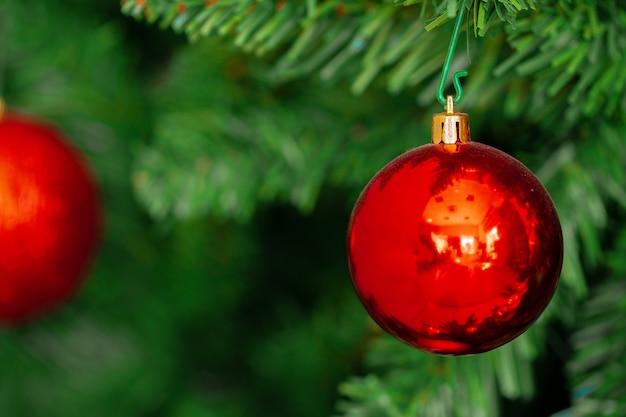 Bela árvore de natal com enfeites vermelhos close-up