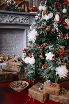 Bela árvore de natal rica decorada com brinquedos