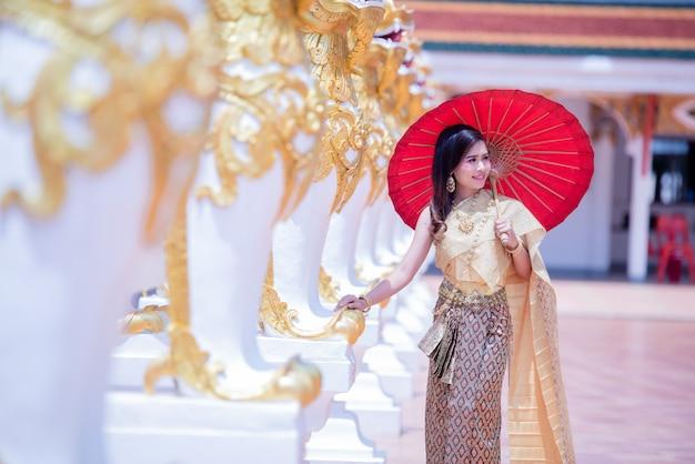 Bela asiática com expressão de boas-vindas. beleza fantasia mulher tailandesa.