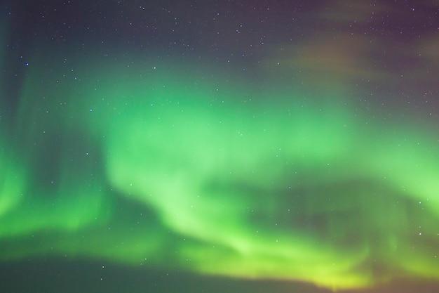 Bela aurora boreal nas ilhas lofoten