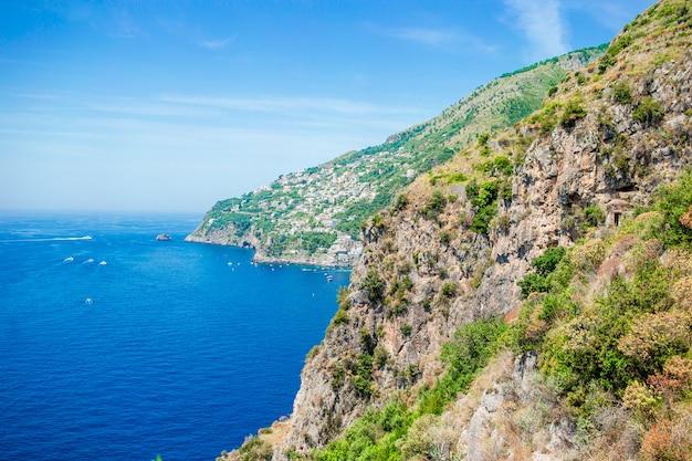 Bela baía aconchegante com barcos e águas turquesas claras na itália