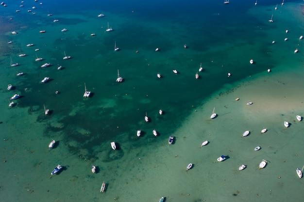 Bela baía azul-turquesa em formentera