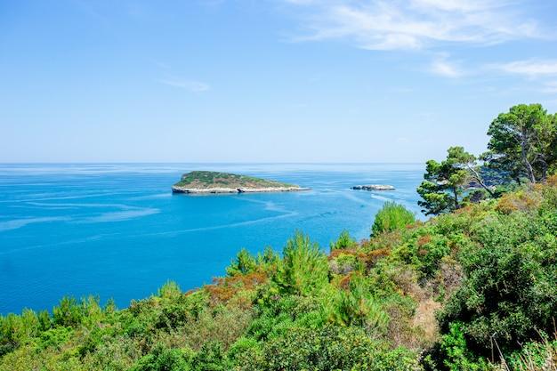 Bela baía com barcos e águas turquesas claras na itália
