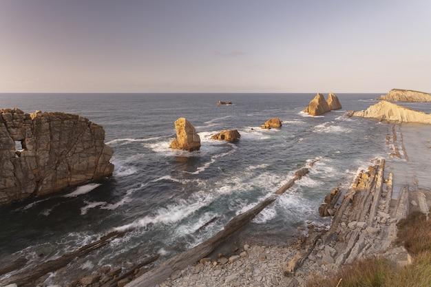 Bela baía da costa quebrada, cantabria, espanha