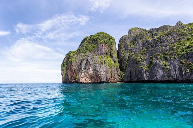 Bela baía em uma ilha tropical em maya bay na ilha phi phi leh em dia de sol