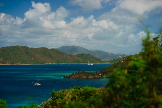 Bela baía na ilha com colinas verdes e iates, ilhas virgens de st. john nos.