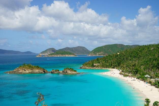 Bela baía na ilha com praia e colinas verdes, ilhas virgens de são joão dos eua.