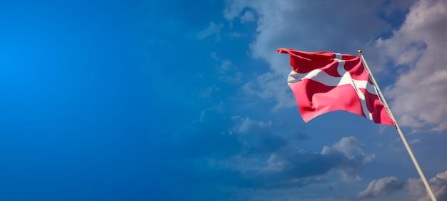 Bela bandeira do estado nacional da dinamarca no céu azul