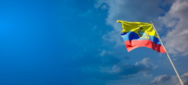 Bela bandeira do estado nacional do equador no céu azul