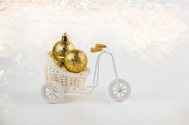 Bela bicicleta decorativa com decorações de natal na cesta