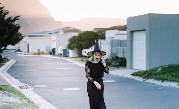 Bela bruxa na rua suburbana