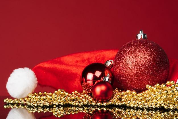 Bela bugiganga de natal close-up em um vermelho escuro