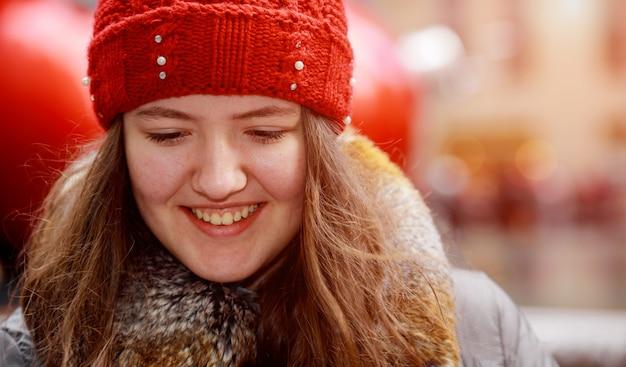 Bela cabeça vermelha jovem adolescente na cidade ao ar livre resumo blur luz