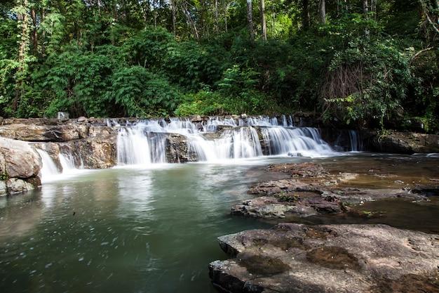Bela cachoeira da tailândia na floresta profunda.