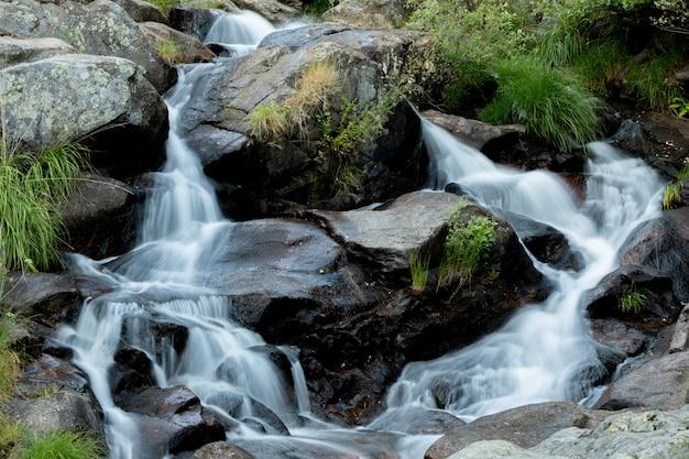 Bela cachoeira e grandes rochas