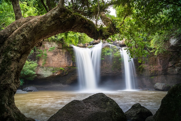 Bela cachoeira heaw suwat no parque nacional khao yai, na tailândia