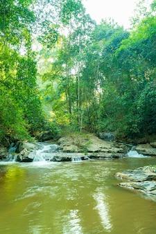 Bela cachoeira mae sa em chiang mai, tailândia
