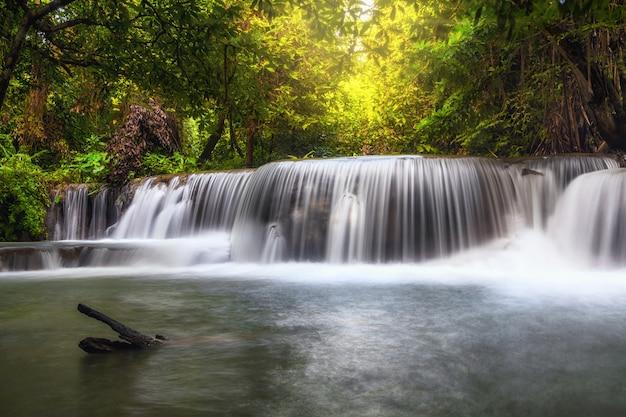 Bela cachoeira na floresta, huay mae khamin cachoeira