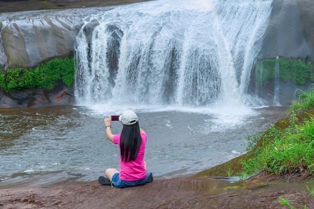 Bela cachoeira na floresta tropical na província de bueng kan, tailândia