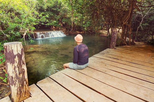 Bela cachoeira na floresta tropical, província de kanchanaburi, sudeste da ásia