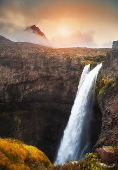 Bela cachoeira na ilha disco, no oeste da groenlândia, ao pôr do sol