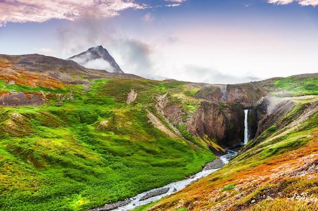 Bela cachoeira na ilha disco, oeste da groenlândia