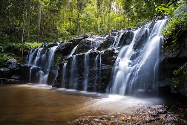 Bela cachoeira na tailândia