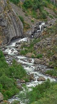 Bela cachoeira nas montanhas da noruega.
