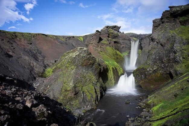 Bela cachoeira suave na islândia na trilha de caminhada fimmvorduhals em câmera lenta durante a noite.
