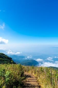 Bela camada de montanha com nuvens e céu azul na trilha natural de kew mae pan em chiang mai, tailândia