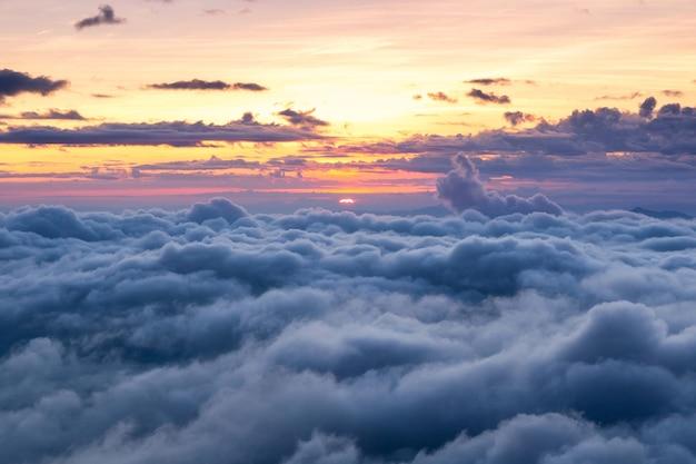 Bela camada de montanhas e névoa na hora do nascer do sol em doi luang chiang dao