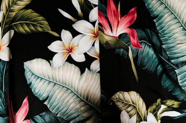 Bela camisa com plantas tropicais
