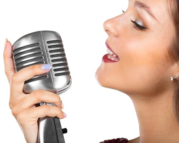 Bela cantora cantando uma canção Foto Premium