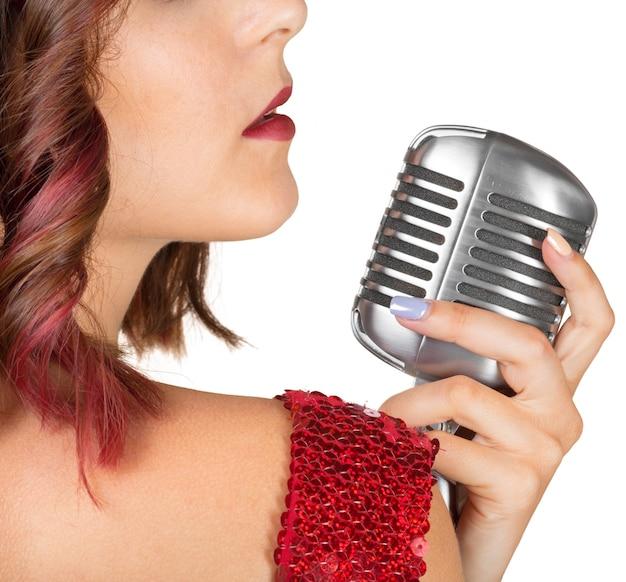 Bela cantora cantando uma canção