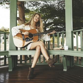 Bela cantora compositora com sua guitarra
