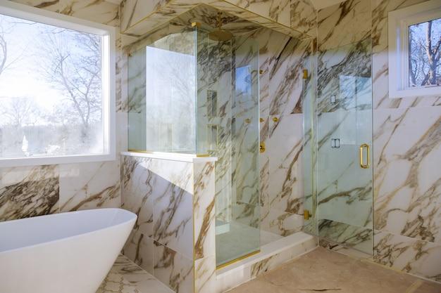 Bela casa de banho em nova casa com renovação de um chuveiro de luxo casa de banho imobiliário