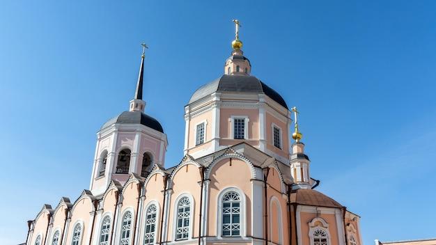 Bela catedral da epifania na cidade de tomsk. sibéria, rússia. Foto Premium