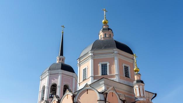 Bela catedral da epifania na cidade de tomsk. sibéria, rússia.