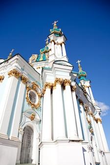 Bela catedral de st. andrew, na história de kiev, tirada na ucrânia na primavera
