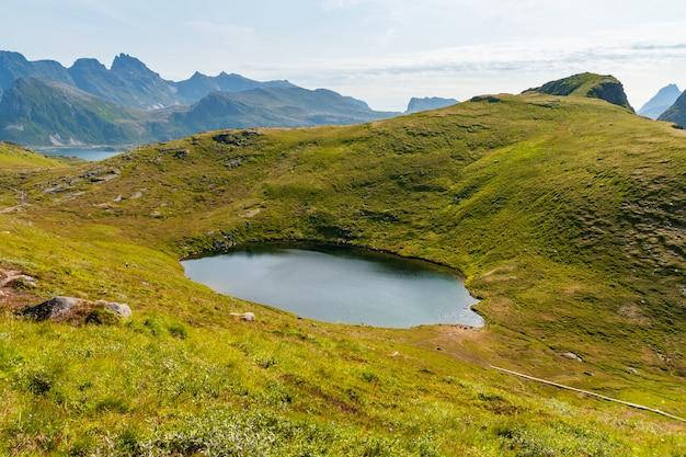 Bela cena de um lago nas ilhas lofoten, na noruega, em um dia ensolarado