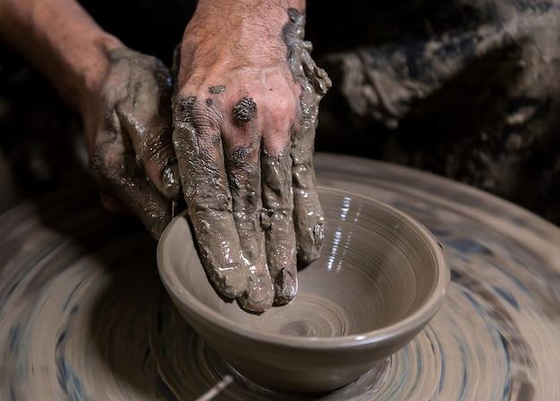 Bela cerâmica fazendo na tailândia