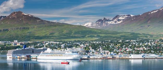 Bela cidade de akureyri e belas montanhas na islândia