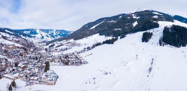 Bela cidade montanhosa coberta de neve nos alpes da áustria