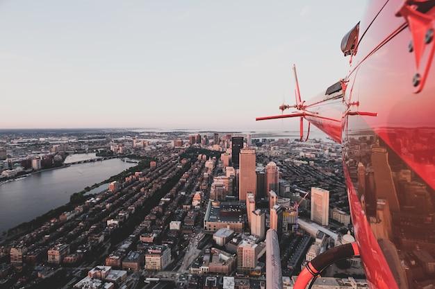 Bela cidade urbana tiro de um helicóptero