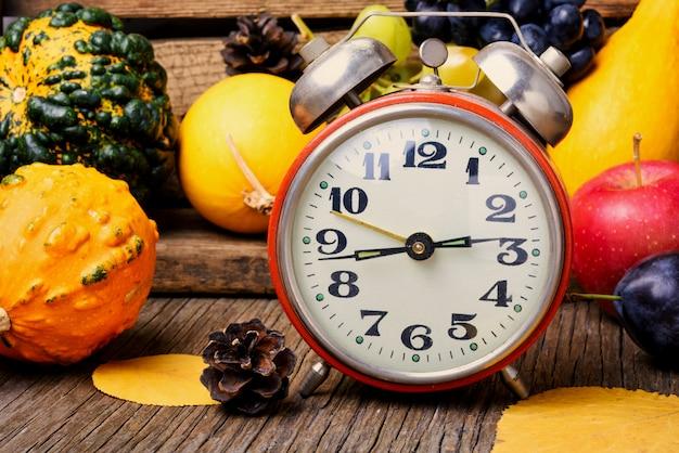 Bela colheita de outono e relógio